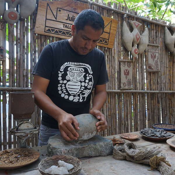 partenaire local qui prépare un atelier peinture traditionnelle