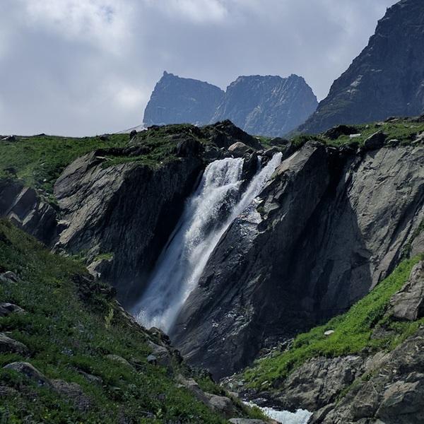 Une cascade au milieu des montagnes