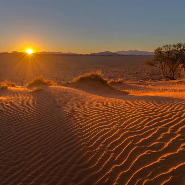 Das Bild zeigt einen Sonnenuntergang in Namibia.