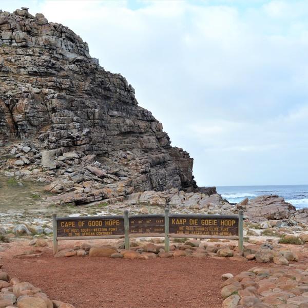 Das Bild zeigt einen Berg, vor dem das Schild 'Kap der guten Hoffnung' steht.