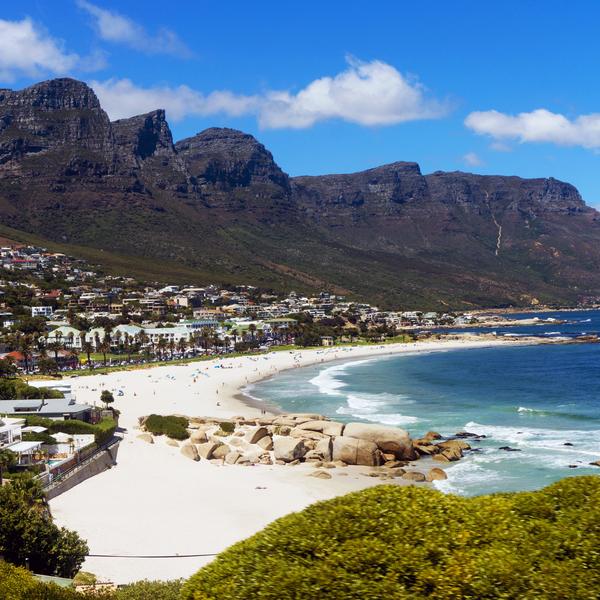 Das Bild zeigt einen Strand und Berge.