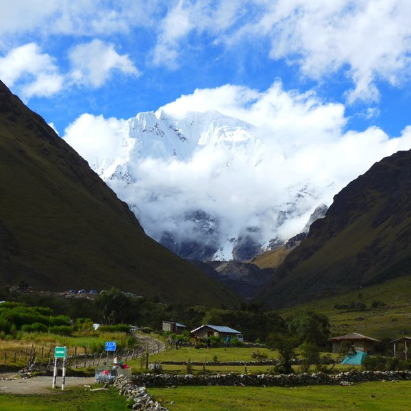 Das Bild zeigt Wanderer in den Bergen.