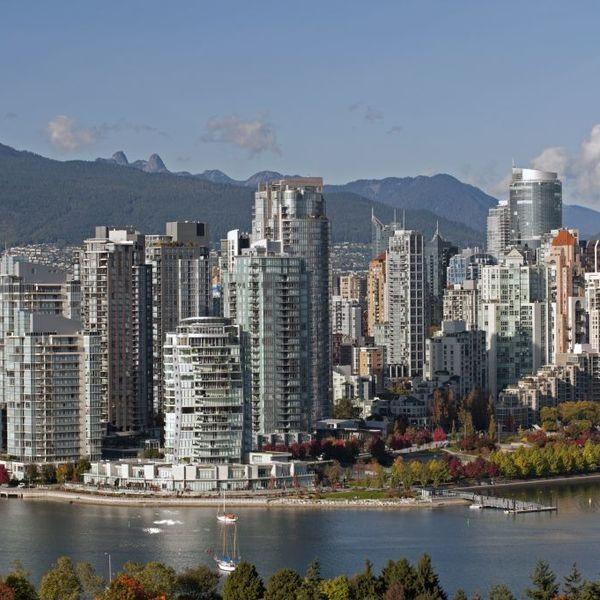 Vue sur les buildings de la cité de Vancouver avec les montagnes en arrière-plan