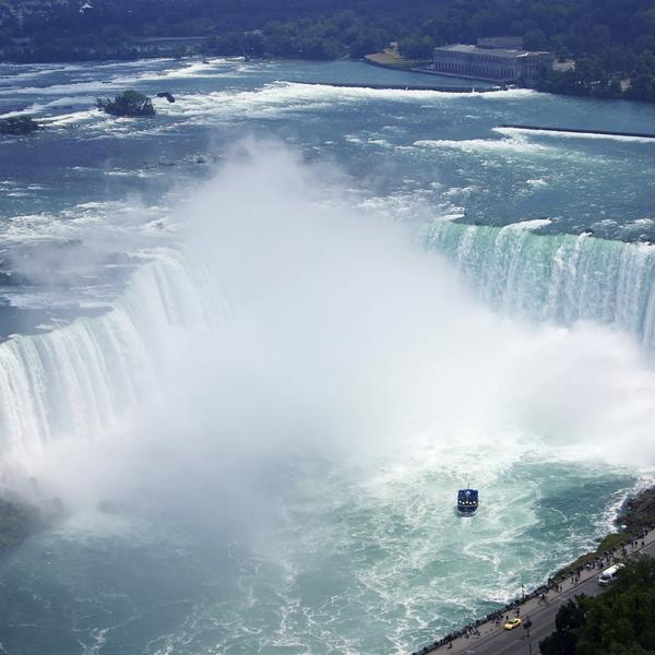 Les chutes du Niagara, à la jonction entre le lac Érié et le lac Ontario, à la frontière entre le Canada et les États-Unis