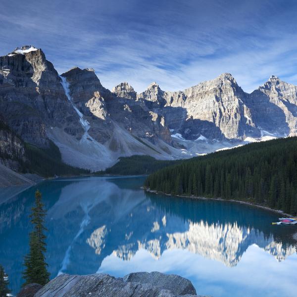 Paysage de montagnes se reflétant dans un lac