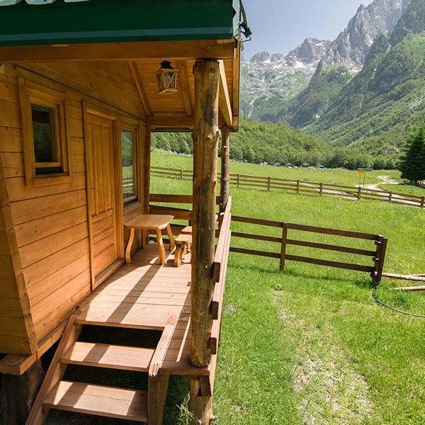 Dormir au milieu des montagnes dans une Katun, cabane traditionnelle des bergers.