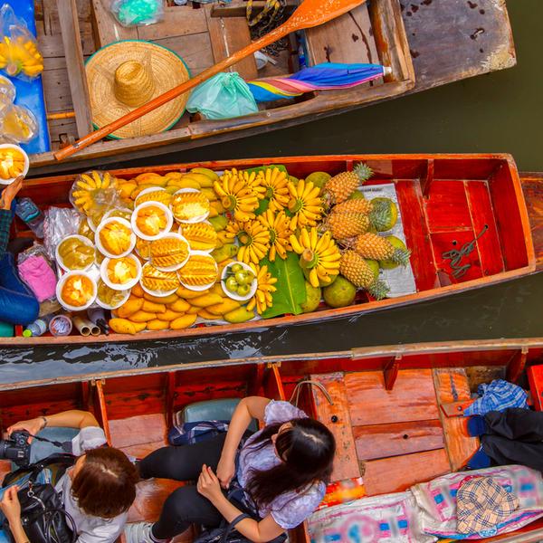 Das Bild zeigt einen schwimmenden Markt in Thailand.