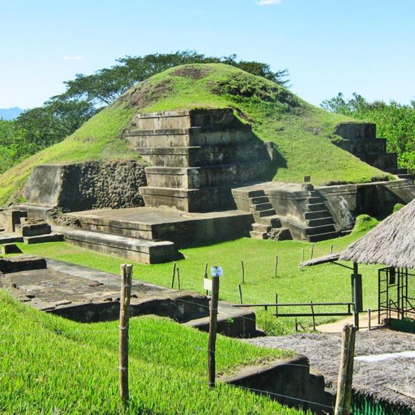 Das Bild zeigt eine Maya-Stätte in Guatemala.