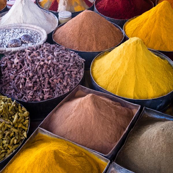 Das Bild zeigt verschiedene Gewürze auf einem Markt.