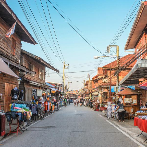 Das Bild zeigt eine belebte Stadt in Thailand.