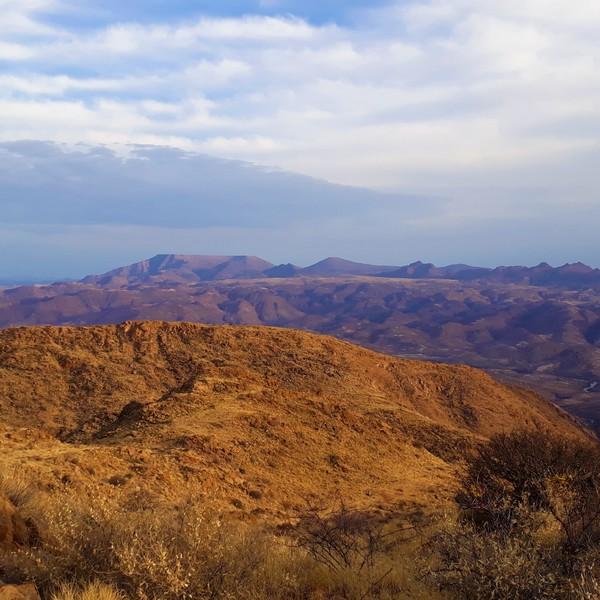 Ein Hochgebirgspass auf einer Höhe von 2.347 Metern über dem Meeresspiegel in Zentral-Namibia. Der Pass ist einer der beliebtesten Pässe Namibias und ist in der Tat der höchste und längste Pass des Landes. Seine Höhe und dass Sie den Kuiseb Fluss im unten-liegenden Tal überblicken, macht es zu einer der landschaftlich reizvollsten Allradstrecken, die Sie in Namibia befahren können. Es lohnt sich, oben auf dem Pass anzuhalten, um die Aussicht auf die umliegenden Hügel zu genießen.