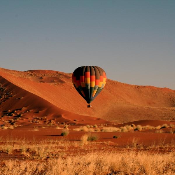 Das unvergesslichste und schönste Erlebnis in der Namib Wüste. Vor Sonnenaufgang werden Sie abgeholt und sobald der Ballon in der Luft ist, schweben Sie für etwa eine Stunde schweigend über die Wüste und genießen die atemraubende Aussicht. Danach klingen Sie dieses unvergessliche Abenteuer mit einem delikaten Sektfrühstück aus.