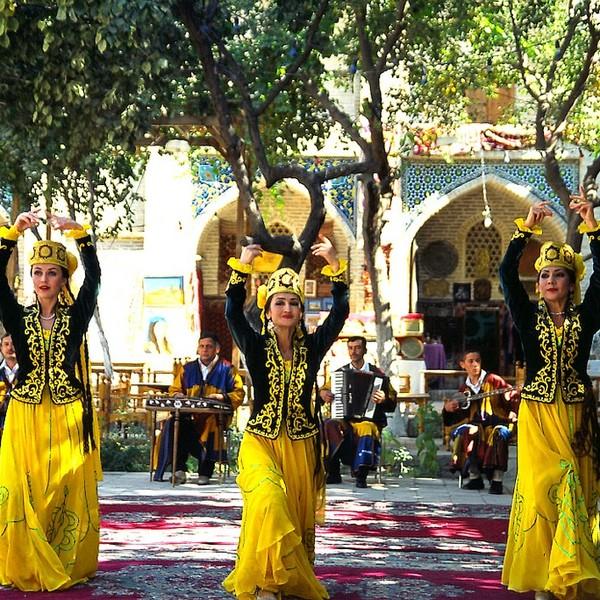 Festa con costumi tradizionali