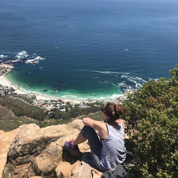 Den Lion's Head hochwandern und als Belohnung den Blick über Camps Bay und das Meer genießen.