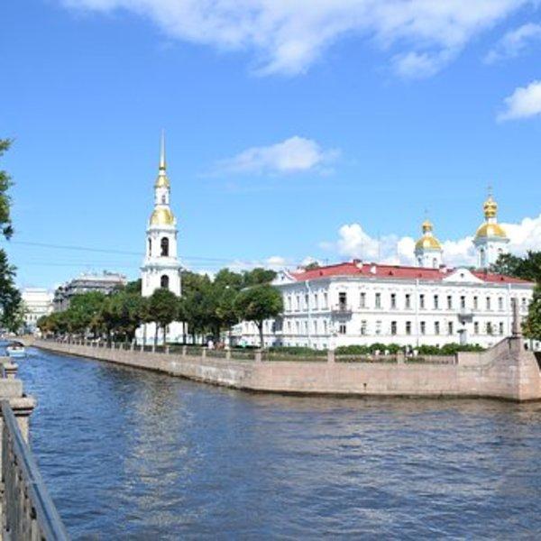 In St. Petersburg ist die Bootsfahrt zu warmer Jahreszeit ein Muss – die Atmosphäre der Stadt mit zahlreichen Brücken, Flüssen und Kanälen kann man auf diese Weise besonders gut spüren. Unser Tipp –private Bootsfahrt in der Nacht, um das Hochziehen der Brücken über Newa live vom Wasser zu erleben