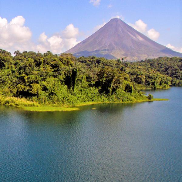 Das Bild zeigt einen ruhigen See mit Berglandschaft.