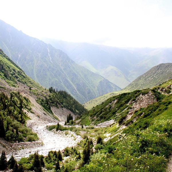 Une vallée du Tian Shan avec une rivière coulant au milieu