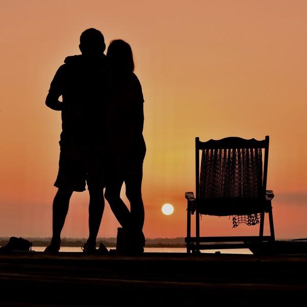 Silhouette d'un couple face au soleil couchant