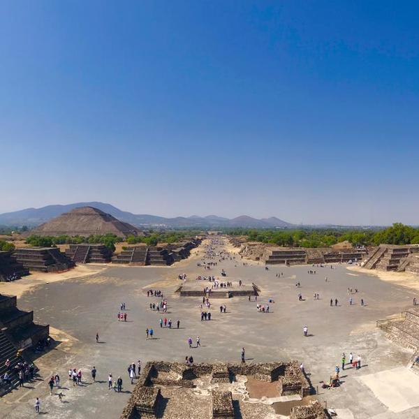 Vue sur le site de Teotihuacan depuis la pyramide de la Lune face à l'allée des morts et la pyramide du Soleil