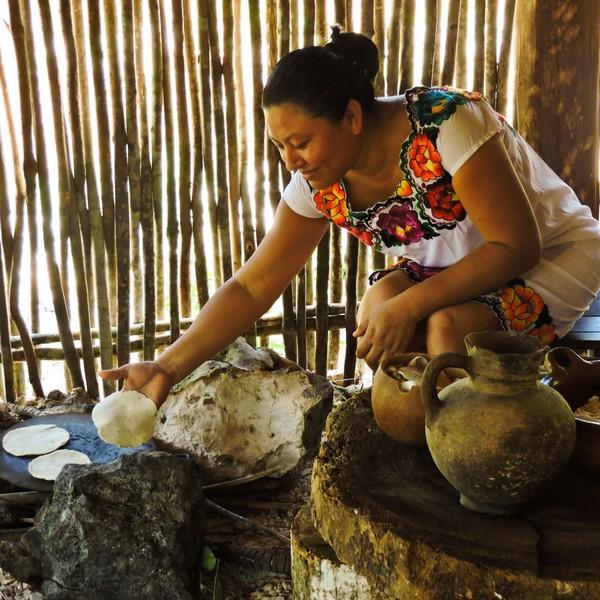 Femme mexicaine en train de cuire des galettes de maïs