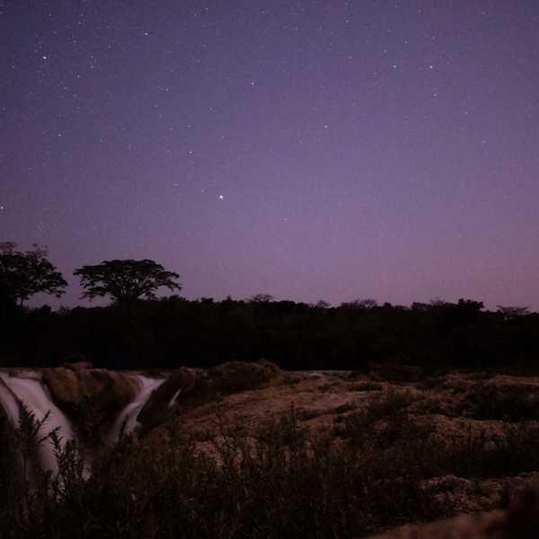 Paysage à la nuit tombante dans la jungle de las Nubes dans l'état du Chiapas
