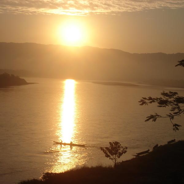 Vue panoramique sur le Mékong à l'heure du soleil couchant