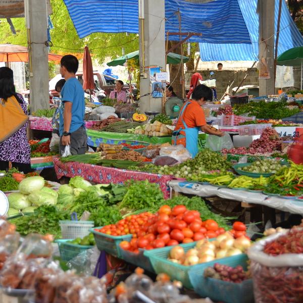 Les étals colorés de légumes et de fruits du marché de Thoeng