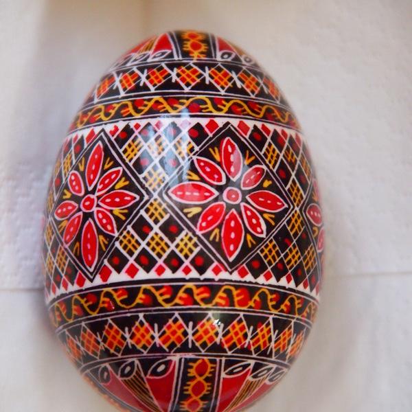 Oeuf peint à la main décorés de motifs très fins et aux couleurs chatoyantes