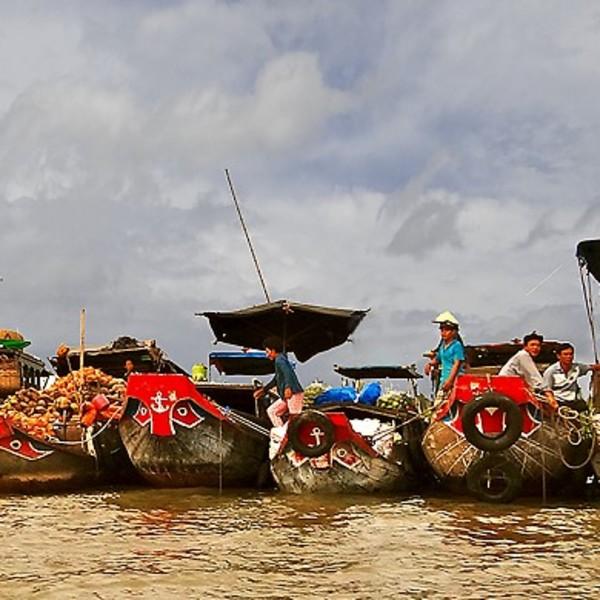 Barques de pêcheurs amarrées les unes aux autres