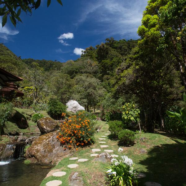 Vallon avec cascade, jardin et rocaille