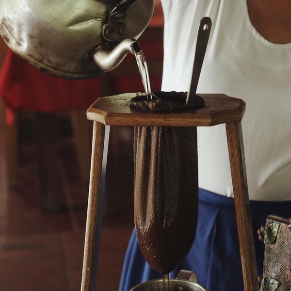Un femme prépare le café de façon traditionnelle