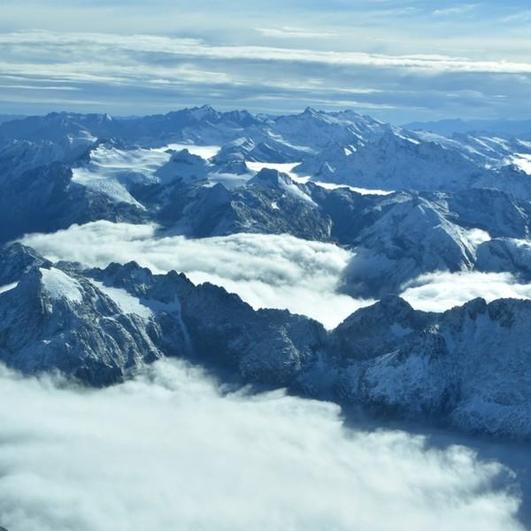 Vue aérienne des massifs montagneux enneigés