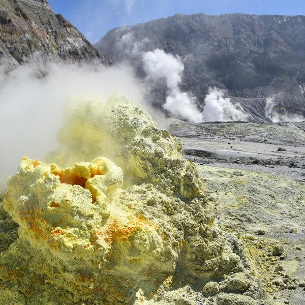 Colonnes de pierre volcanique d'où s'échappent de la fumée